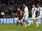 PRVNÍ GÓL ZÁPASU. Lionel Messi z Barcelony překonává Joea Harta, brankáře