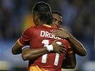 PŘÁTELSKÉ OBJETÍ. Didier Drogba z Galatasaraye Istanbul a Samuel Eto'o z