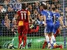 DRUHÝ GÓL CHELSEA. Zblízka doráží míč do brány Galatasaraye stoper Gary Cahill