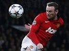 HLAVIČKA, KTERÁ SKONČÍ NA TYČI. Wayne Rooney z Manchesteru United zakončuje