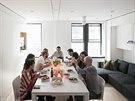 U rozkládacího jídelního stolu může pohodlně sedět až deset strávníků.