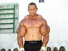Brazilec Arlindo de Souza má největší bicepsy, není to ovšem díky cvičení.