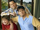 Angus T. Jones, Jon Cryer a Charlie Sheen v seriálu Dva a půl chlapa (2008)