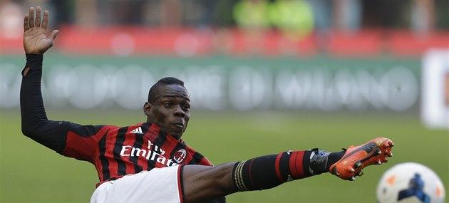 Mario Balotelli z AC Milán p�i st�eleckém pokusu