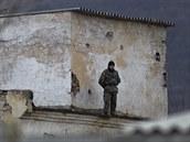 Ukrajinský voják na základně v Perevalném (19. března 2014)