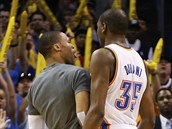Oklahoma City p�inutilo Houston k time-outu. Russell Westbrook (vlevo) a Kevin...