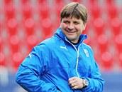 Du�an Uhrin se na tréninku fotbalové Plzn� p�ed zápasem s Lyonem také nasmál.