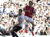 LETÍ DO RŮŽKU BRÁNY. Tomáš Rosický z Arsenalu sleduje, jak míč z jeho kopačky...