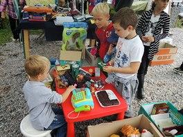 Zabav� se i d�ti: star� hra�ky mohou mezi sebou vym��ovat nebo nakupovat za p�r...