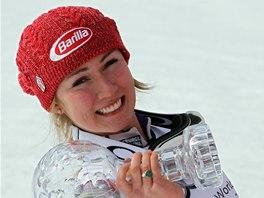 OBHÁJILA. Mikaela Shiffrinová s globem za celkové vítězství v SP ve slalomu.