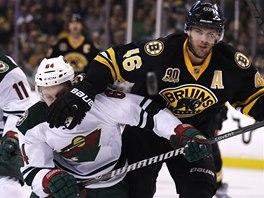 D�RAZ. David Krej�� z Bostonu atakuje Mikaela Granlunda z Minnesoty.