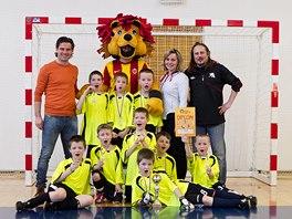 Karol Kisel s malými fotbalisty po vyvrcholení Dětského poháru.