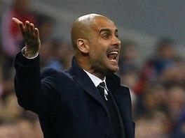 CO TO DĚLÁTE? Trenér Pep Guardiola diriguje fotbalisty Bayernu Mnichov.