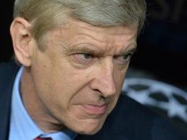 ZADUMANÝ KOUČ. Trenér Arsene Wenger přemýšlí, jaké pokyny udělit svým svěřencům...