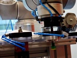 Detail zabírající robotické koncovky, mezi kterými může rameno samostatně...