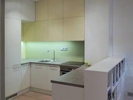 Kuchyňská linka - kombinace bílé, smetanově žluté a tvrzeného lakovaného skla