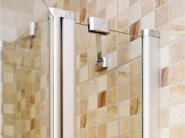 Flexibilní vzpěra ke sprchovému koutu je opatřena kloubem, který umožňuje