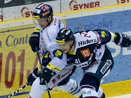 Ondřej Vitásek z Liberce (vlevo) v souboji s vítkovickým Petrem Strapáčem.