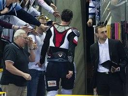 Petr Nedvěd opouští led po svém posledním zápase v kariéře.