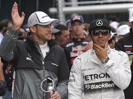 Jenson Button (vlevo) a Lewis Hamilton před startem VC Austrálie.