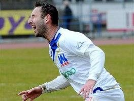 Ústecký fotbalista Emil Rilke padá po faulu.