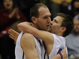 Děčínští basketbalisté Jakub Houška (vlevo) a Matej Venta slaví.