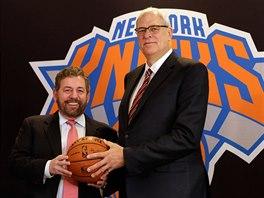 Phil Jackson (vpravo) p�eb�r� NY Knicks coby nov� prezident. V t�to roli st��d�