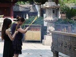 """Mladých žen je v Číně méně než mužů a tak spousta Číňanů má problém """"sehnat"""""""