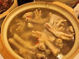Číňané milují spoustu bizarních pochoutek, jednou z nich jsou kuřecí pařátky.