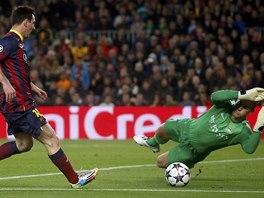 HVĚZDA V ŠANCI. Míč před barcelonským Lionelem Messim vyráží Joe Hart, brankář