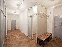 Rekonstrukce bytu od architektů Víta Svobody a Pavla Nového z kanceláře 0,5 studio navazuje na jedinečnou atmosféru místa.