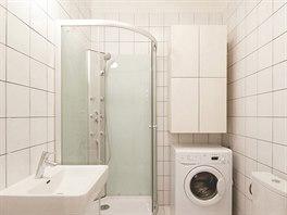 V koupelně byly při koupi bytu na stěnách levné ornamentální obklady. Ty nahradil bílý obklad.