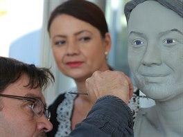 Jolana Voldánová sleduje přípravy své sochy.