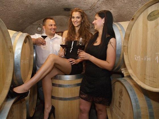 Vychutnejte si skleni�ku dobr�ho v�na z vina�stv�, kter� pom�h� d�tem