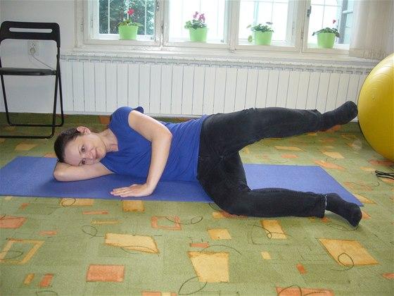 Cvičení bez pomůcek, cvik číslo jedna, poloha vleže na boku