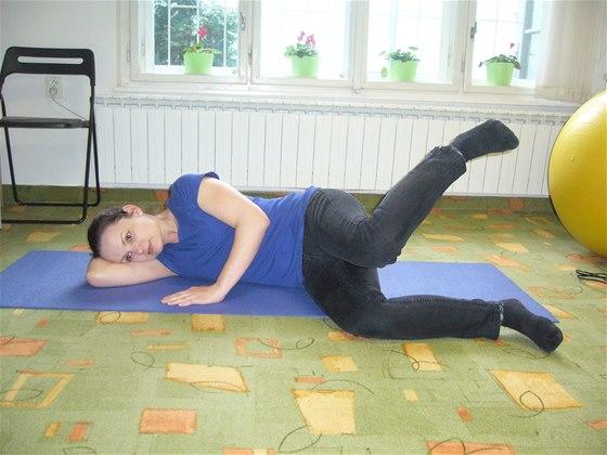 Cvičení bez pomůcek, cvik číslo dvě, poloha vleže na boku, s vnitřní rotací v kyčelním kloubu