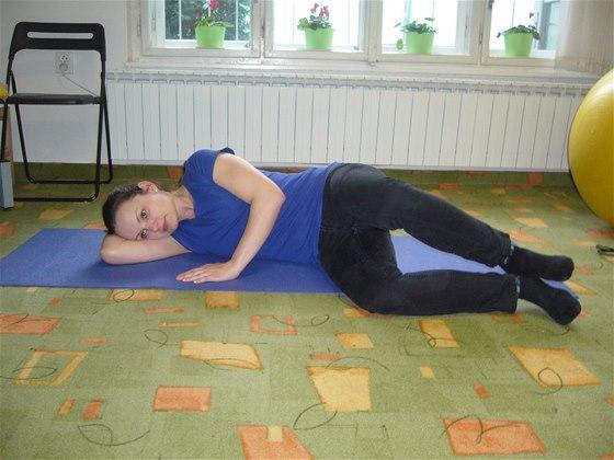 Cvičení bez pomůcek, cvik číslo tři, poloha vleže na boku, se zevní rotací