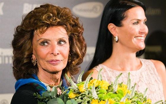 Slavná italská herečka Sophia Lorenová navštívila Prahu, na snímku je s...