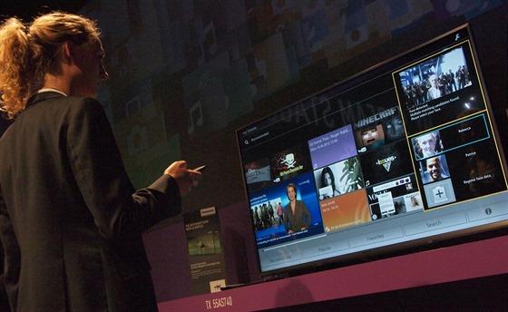 """Nové televize Panasonic reagují samozřejmě i na hlasové povely. Mikrofon je v dálkovém ovladači. Stále nabízí i základní obrazovku My Home Screen, kterou si každý uživatel může přizpůsobit podle sebe. Díky kamerce a mikrofonům přístroj pozná, kdo se právě kouká a nabídne právě """"jeho Home Screen""""."""