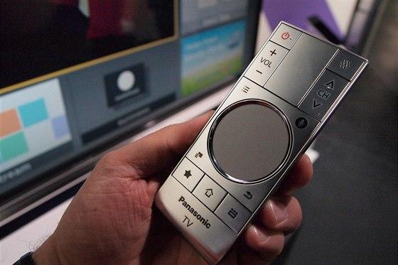 Dálkové ovládání s dotykovou ploškou a mikrofonem pro hlasové povely.
