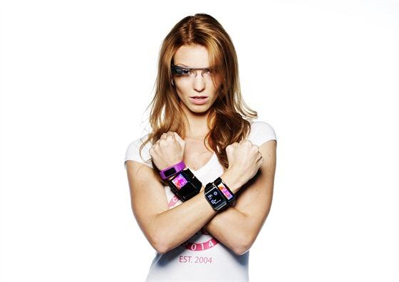 Kamila Bezpalcová a nositelná elektronika. Na Pravé ruce vidíte chytrý náramek...