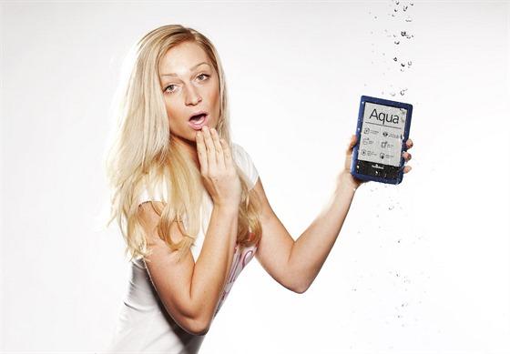 Veronika Kašáková a voděodolná čtečka elektronických knih Pocketbook Aqua.