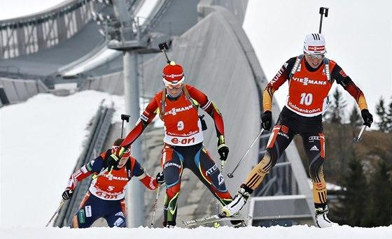 Veronika V�tkov� (uprost�ed) a Andrea Henkelov� p�i fin�le Sv�tov�ho poh�ru na