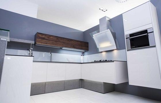 Kuchyň Creative kombinuje nábytkářský beton a sedmivrstvou dýhu vimitaci štípaného dřeva.