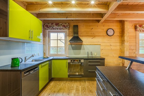 Jarn� zelen� o�ivuje i interi�r kuchyn�, kde p�eva�uje d�evo a jeho dekor.