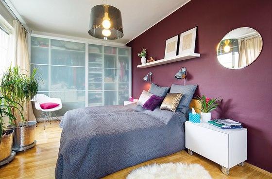 Ložnice: podlaha – dubové parkety, šatní skříně, postel, police (vše IKEA),