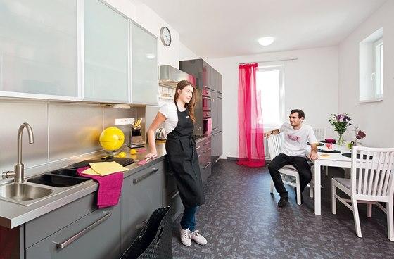 Kuchyň: kuchyňský nábytek včetně spotřebičů, jídelního stolu a židlí (IKEA),