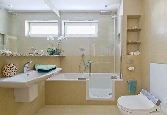 Do vany lze pohodln� vstoupit dve�mi, dokonal� t�sn�n� br�n� p��padn�mu �niku vody.