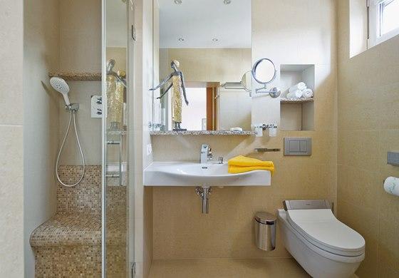 Malá koupelna navazující na ložnici je vybavena sprchovým koutem, umyvadlem a