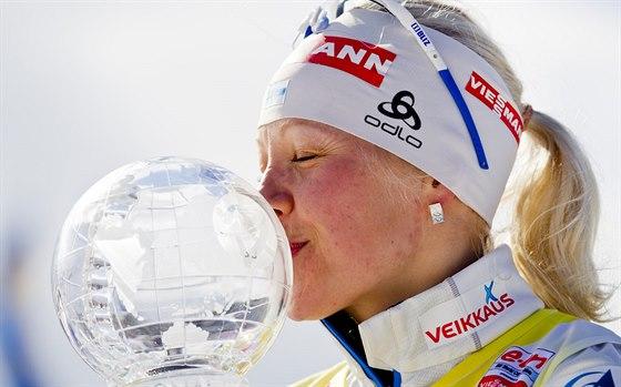 Finská biatlonistka Kaisa Mäkäräinenová s globem pro vízěku Světového poháru.